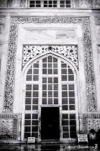 taj-mahal-doorway-black-white