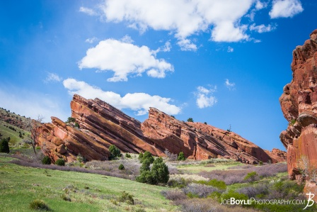 red-rocks-in-colorado-and-green-field-big-sky