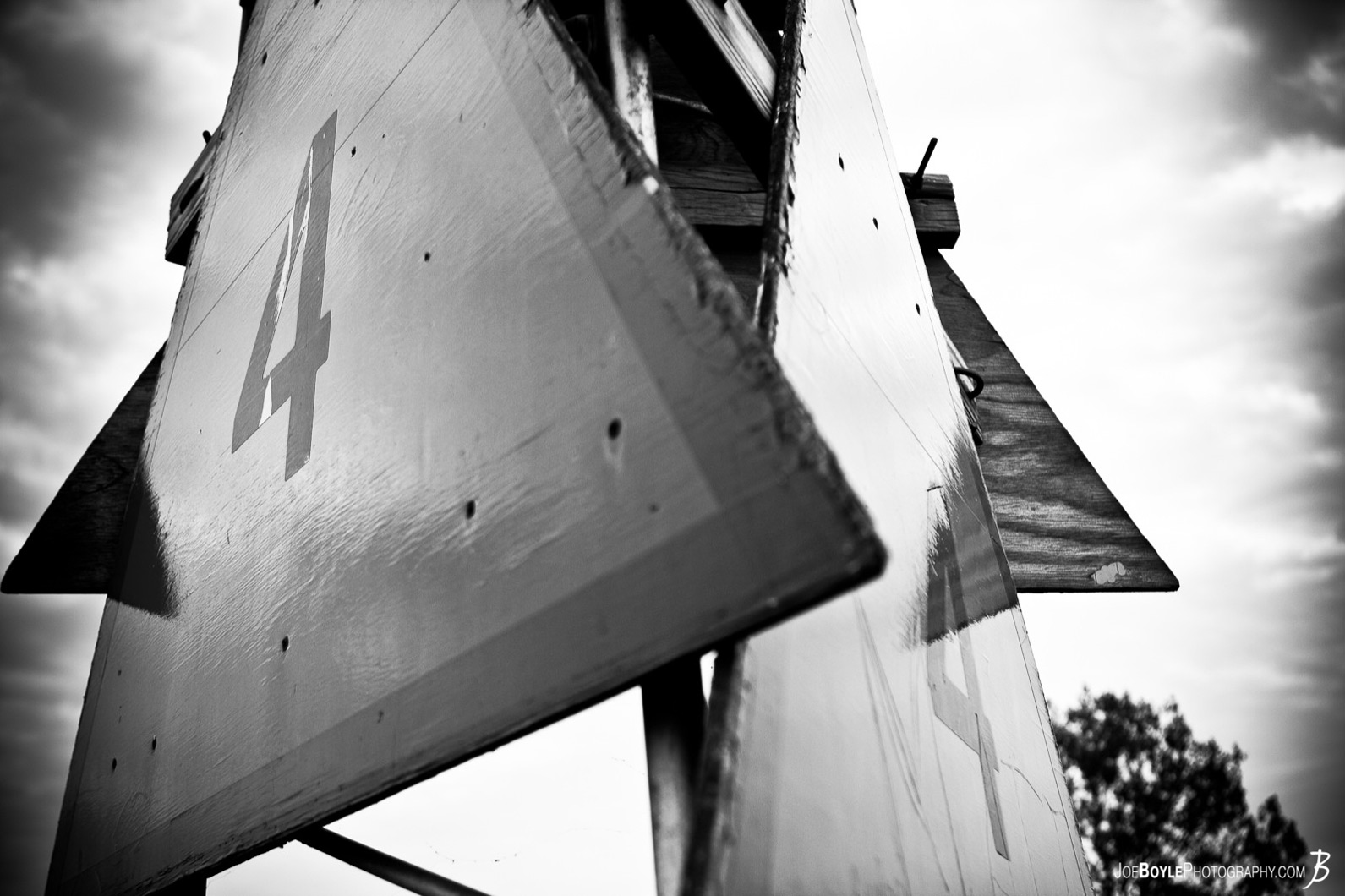 harbor-marker-at-edgewater-yacht-club-black-white