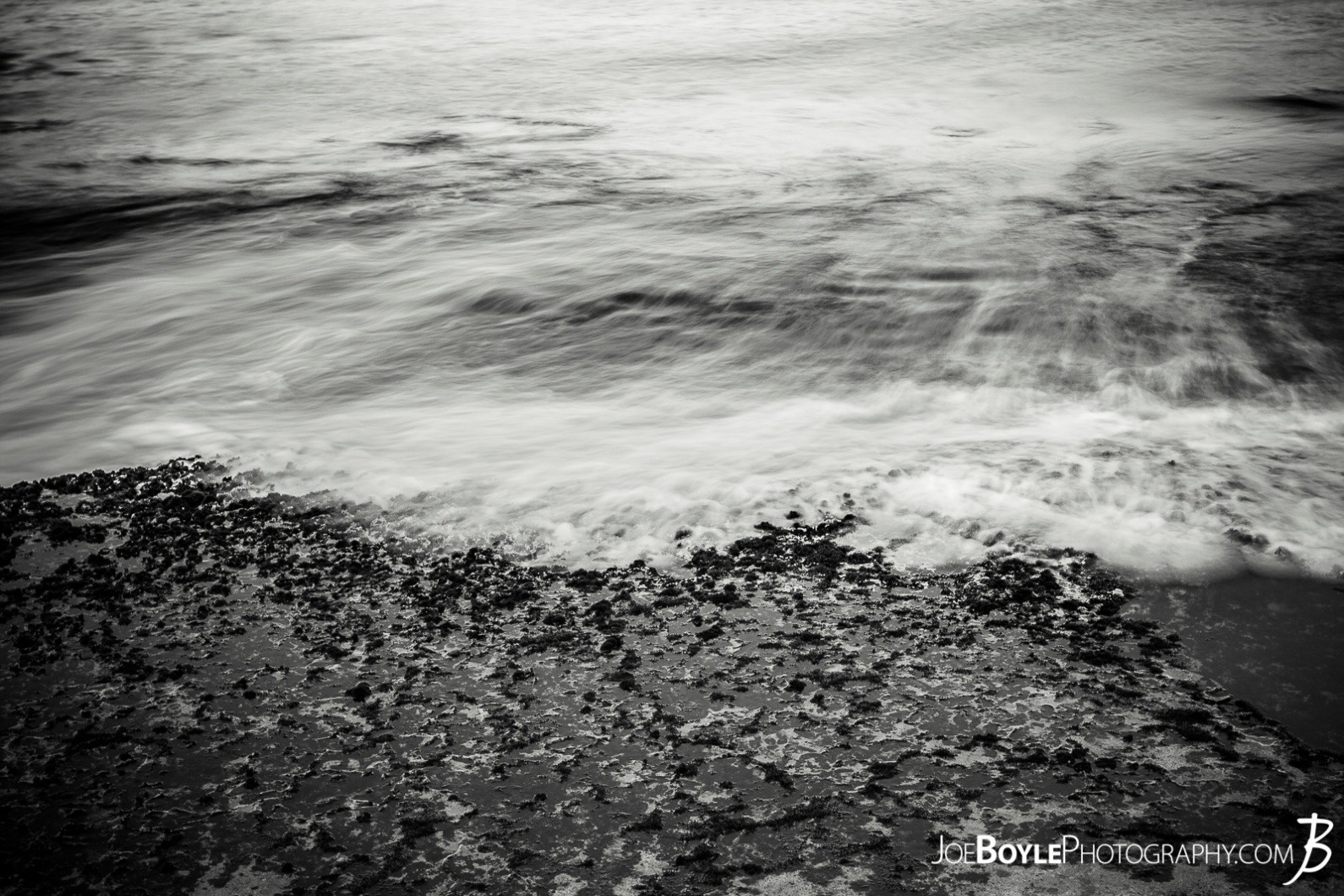 hawaii-ocean-wave-receding-black-white